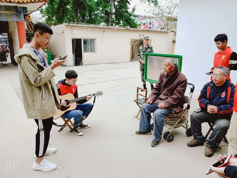 送一片朝霞,献一份关爱——我校团员服务队到高新区郄马乡养老院进行慰问演出